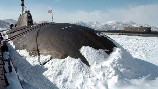 Атомная многоцелевая подводная лодка у пирса