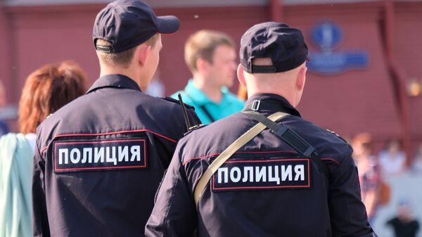 Сотрудники полиции на улице Москвы, архивное фото