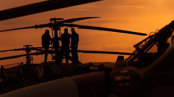 Пилоты у вертолета Ка-52 Аллигатор