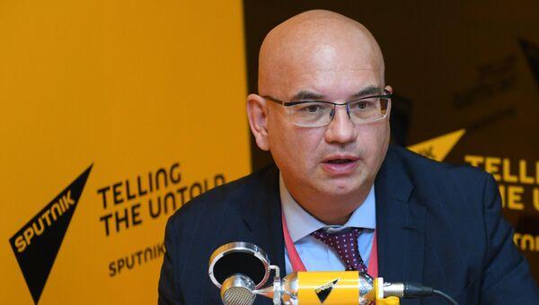 Управляющий партнер EY по странам СНГ Александр Ивлев в радиорубке Sputnik на площадке IV Восточного экономического форума во Владивостоке
