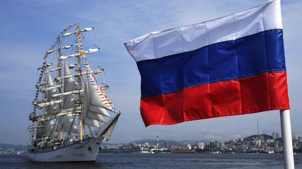 Российский парусник Надежда провожает иностранные парусные суда, принимавшие участие в регате в рамках Восточного экономического форума во Владивостоке