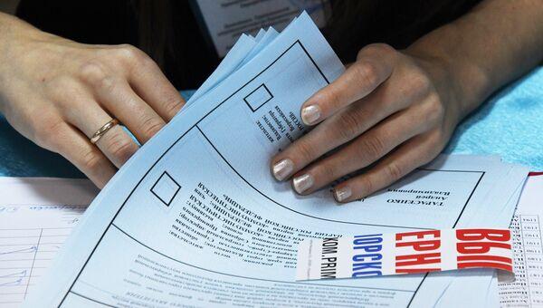 Подсчет голосов на избирательном участке во время выборов губернатора Приморского края. Архивное фото