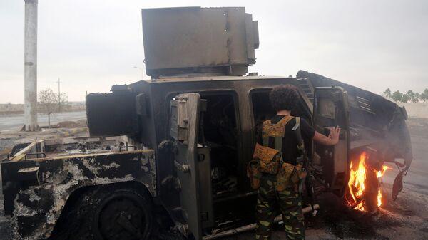 Сгоревшая военная техника на окраине города Ходейда в Йемене. Архивное фото