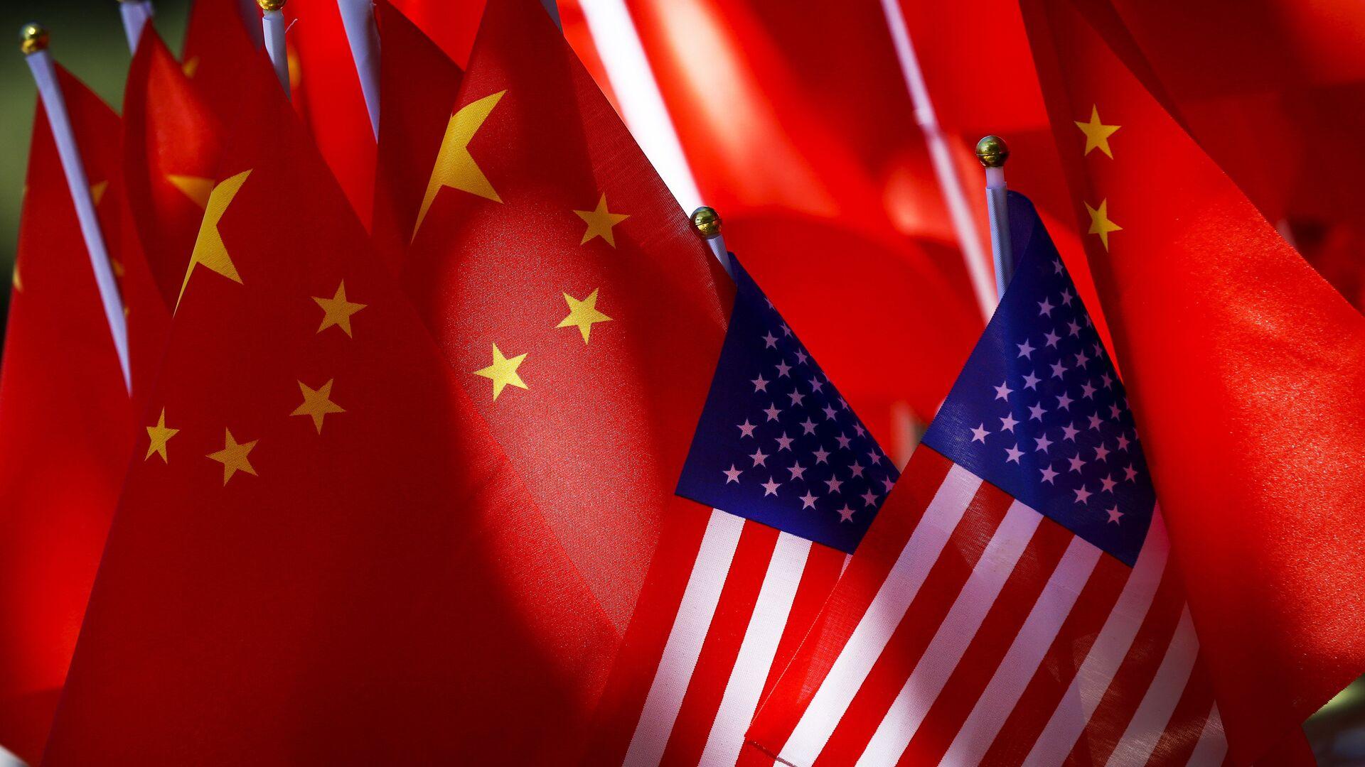 Флаги США и КНР на повозке велорикши в Пекине, Китай - РИА Новости, 1920, 10.08.2021