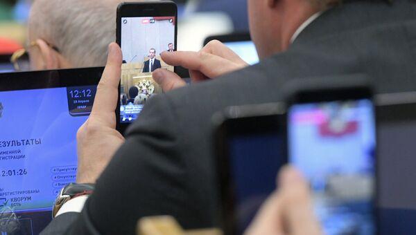 Депутаты во время выступления председателя правительства РФ Дмитрия Медведева в Госдуме. Архивное фото