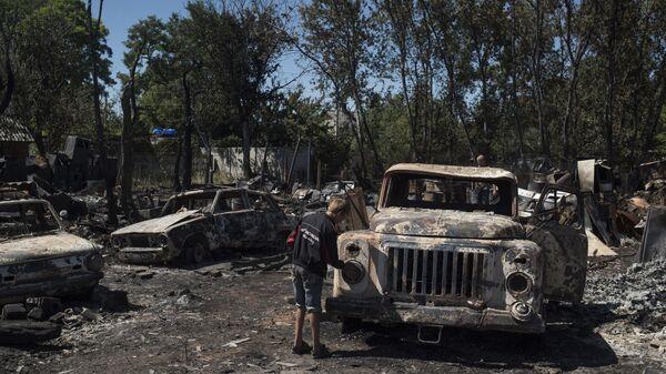 Автомобили в поселке Лозовое города Донецка, сгоревшие в результате обстрела украинскими силовиками