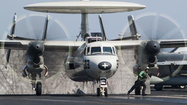 Самолет E-2C Hawkeye на борту американского авианосца Джордж Буш. Архивное фото