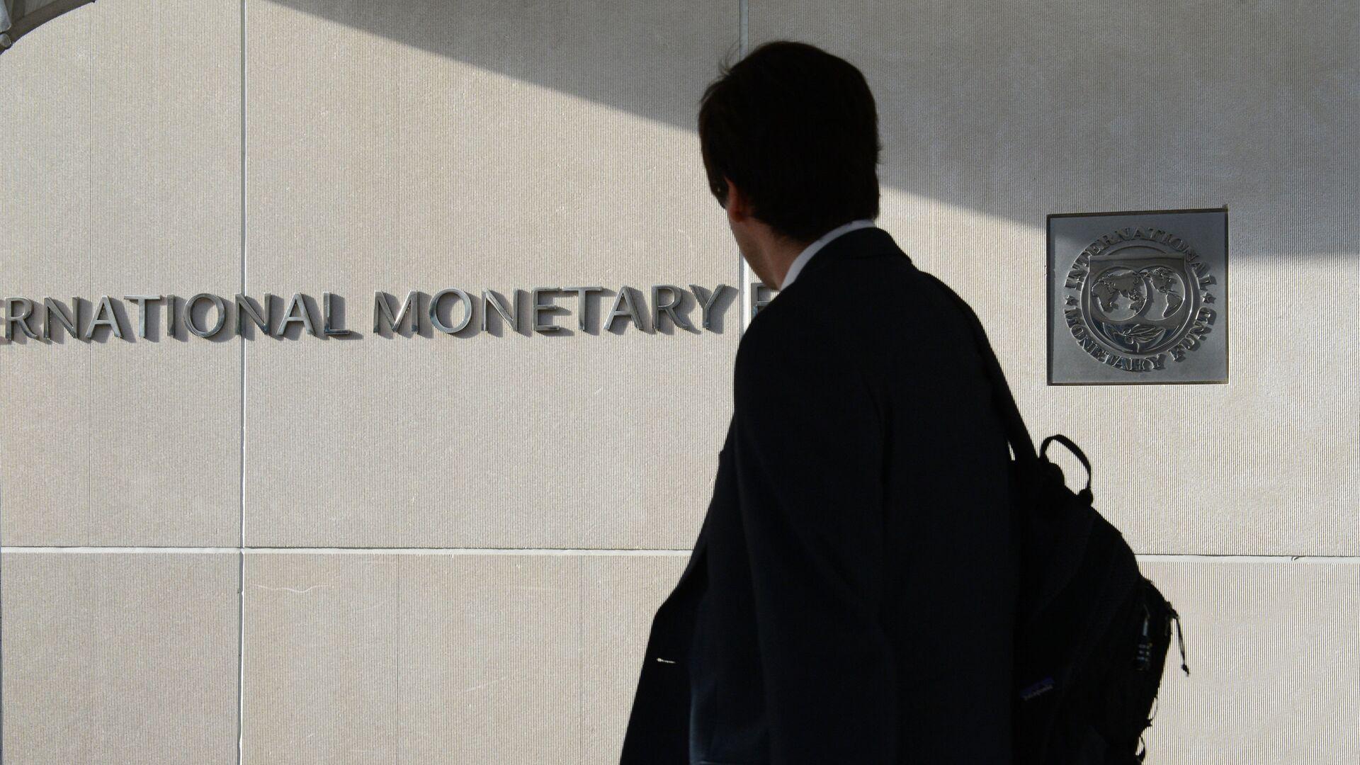 Мужчина у здания Международного валютного фонда в Вашингтоне - РИА Новости, 1920, 17.04.2021