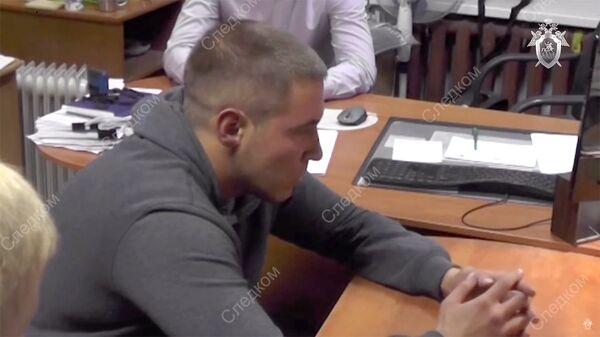 Подозреваемый в убийствах девушек в Петрозаводске на допросе у следователя