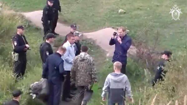 Подозреваемый в убийствах девушек в Петрозаводске на месте происшествия
