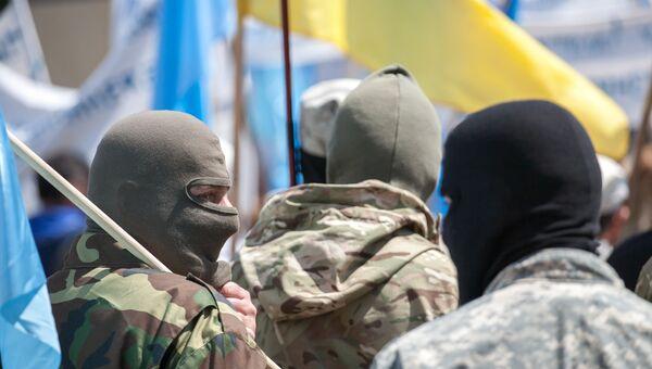 Люди в масках с украинскими флагами. Архивное фото