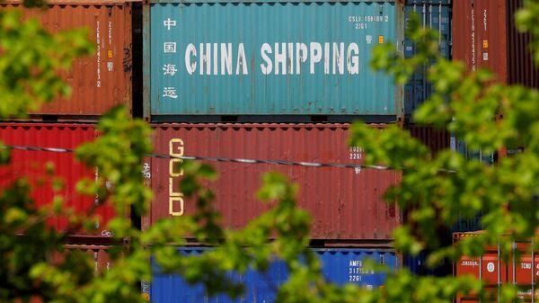 Контейнер c товарами из Китая в порту Бостона, США