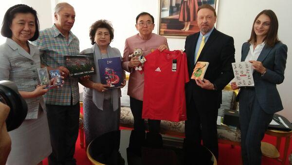 Посол РФ Кирилл Барский и министр культуры Таиланда Вира Ротпочанарат с подарками для спасенных из пещеры подростков. 25 сентября 2018