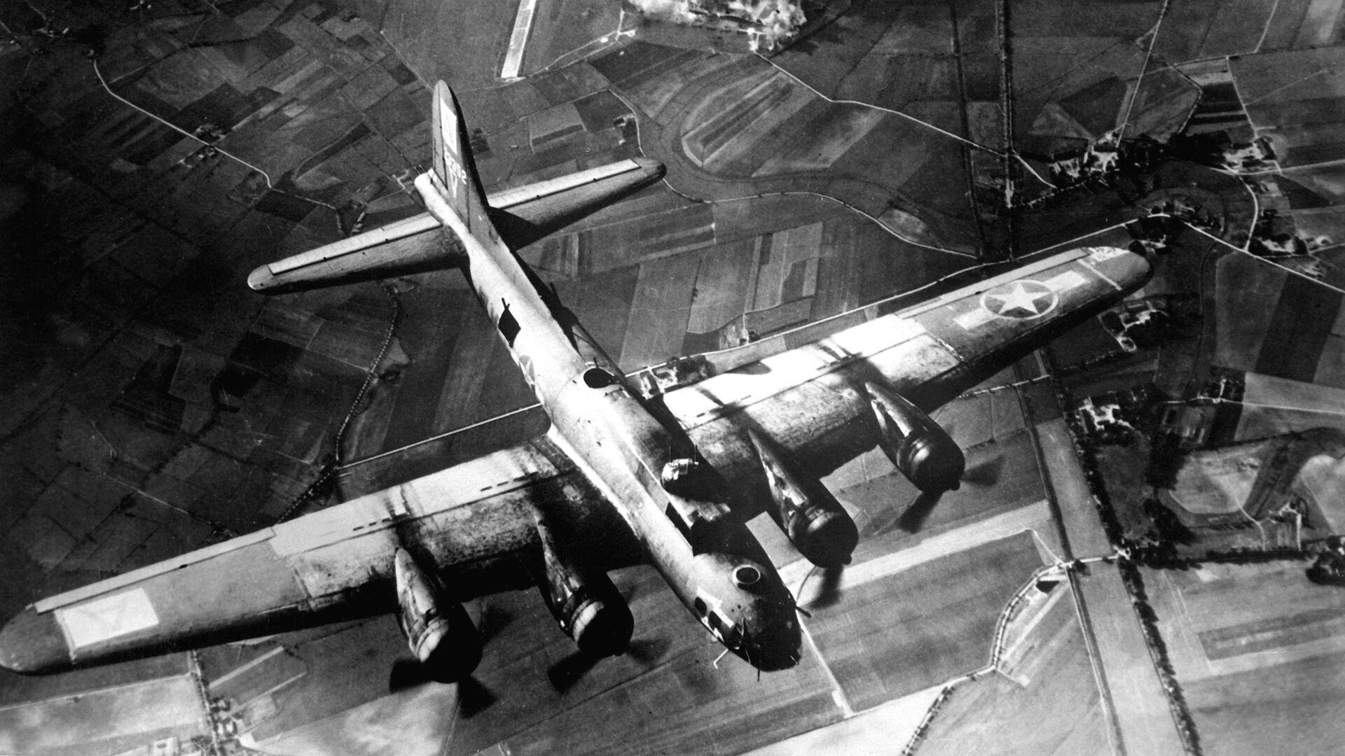 Американские ВВС бомбят завод на территории немецкого Мариенбурга в октябре 1943 года - РИА Новости, 1920, 14.02.2020