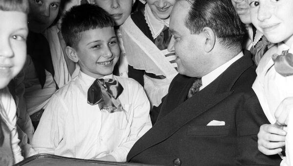 Народный артист СССР Давид Ойстрах с учениками подготовительного класса музыкальной школы имени Гнесиных