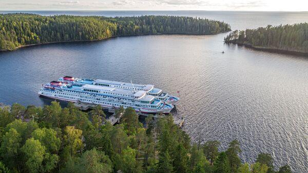 Круизные туристические суда в Никоновской бухте на острове Валаам