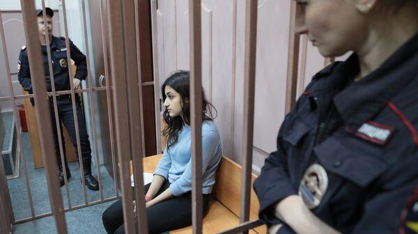 Одна из сестер Хачатурян в зале Басманного суда Москвы.  27 сентября 2018
