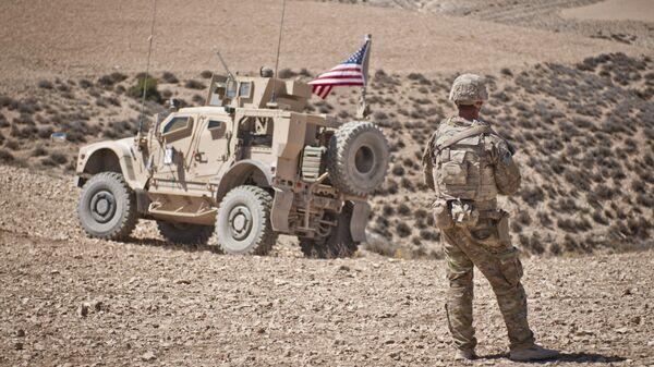 Американские военнослужащие в районе населенного пункта Манбидж, Сирия