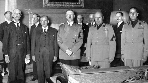 Слева направо: Чемберлен, Даладье, Гитлер, Муссолини и Сиано перед подписанием Мюнхенского соглашения