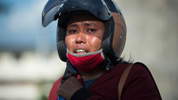 Родственница жертвы землетрясения возле рухнувшего отеля в Палу, остров Сулавеси в Индонезии. 30 сентября 2018 года