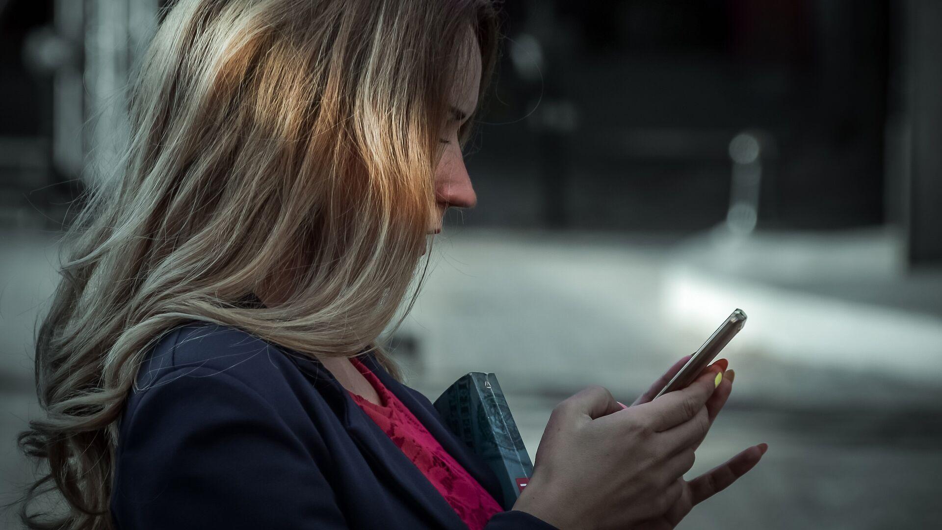 Девушка со смартфоном - РИА Новости, 1920, 04.04.2021