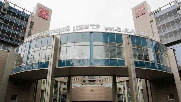 Здание главного клинического комплекса федерального государственного бюджетного учреждения Северо-Западный федеральный медицинский исследовательский центр имени В. А. Алмазова Министерства здравоохранения Российской Федерации в Санкт-Петербурге.