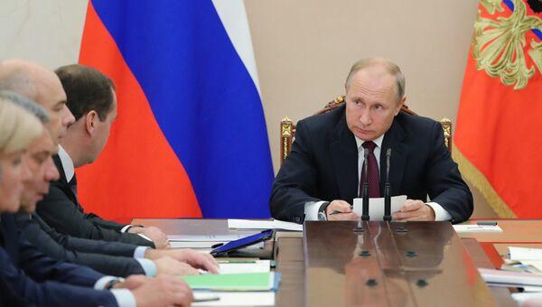 Президент РФ Владимир Путин на совещании с членами правительства. 2 октября 2018