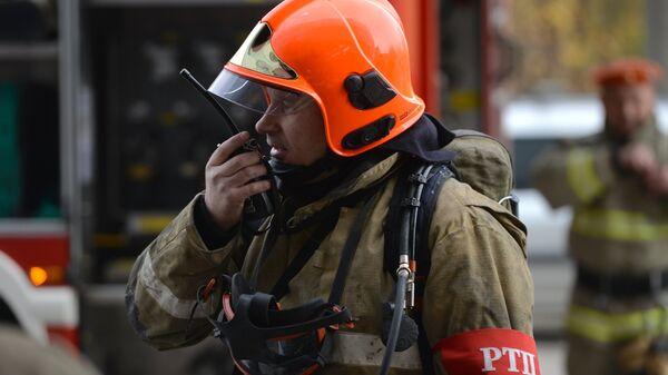 Сотрудник пожарной охраны во время командно-штабных учений МЧС РФ