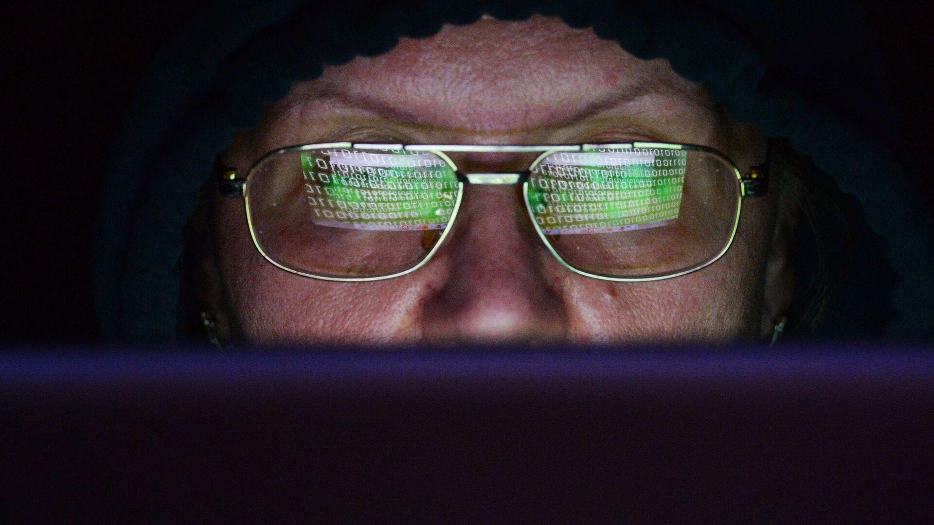 Женщина сидит за ноутбуком. Глобальная атака вируса-вымогателя поразила IT-системы компаний в нескольких странах мира - РИА Новости, 1920, 06.04.2021