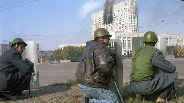 Участники штурма у Дома Советов Российской Федерации