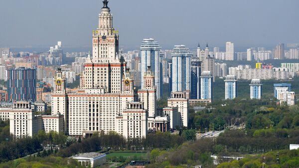 Вид на главное здание Московского государственного университета имени М. В. Ломоносова на Воробьевых горах в Москве