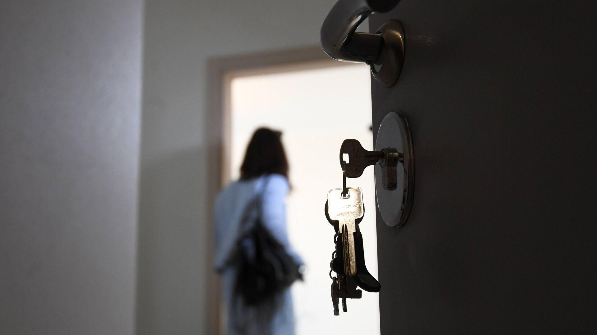 Входная дверь в одной из квартир многоэтажного жилого дома  - РИА Новости, 1920, 02.09.2021