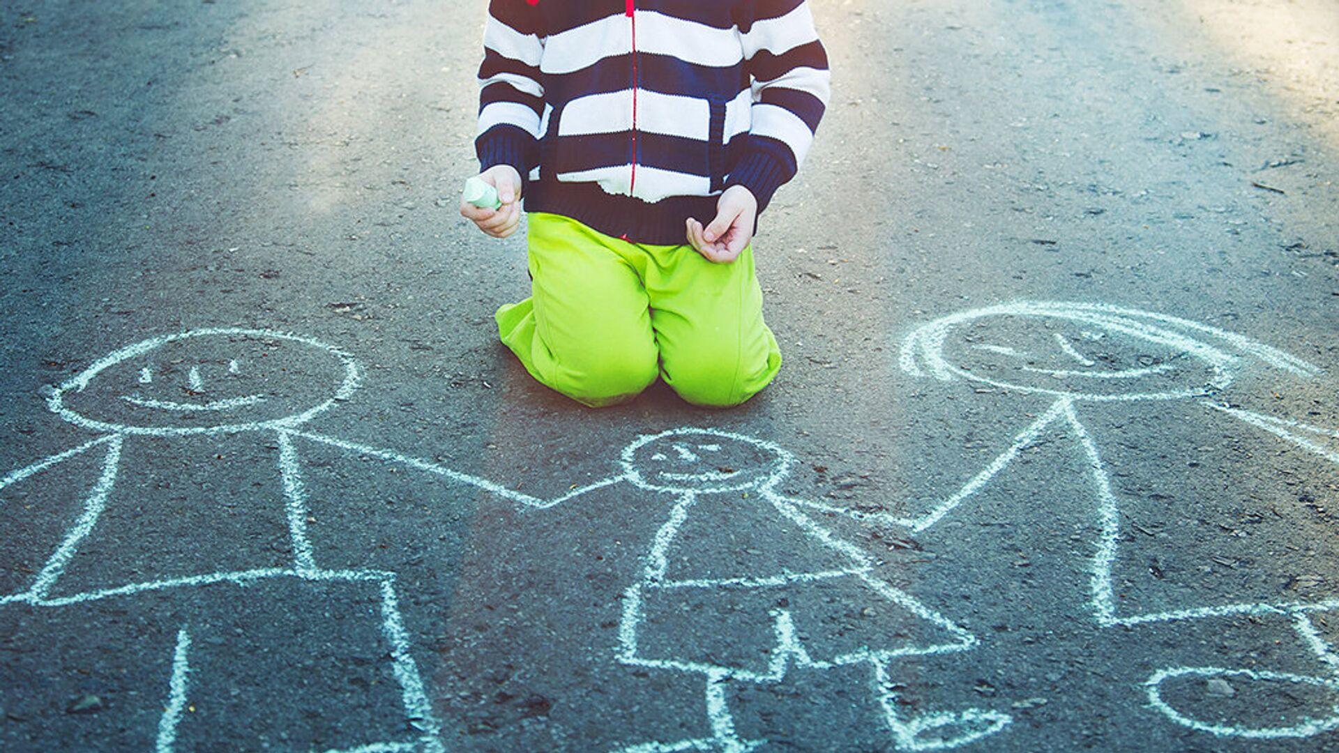 Ребенок рисует на асфальте мелом - РИА Новости, 1920, 25.05.2021