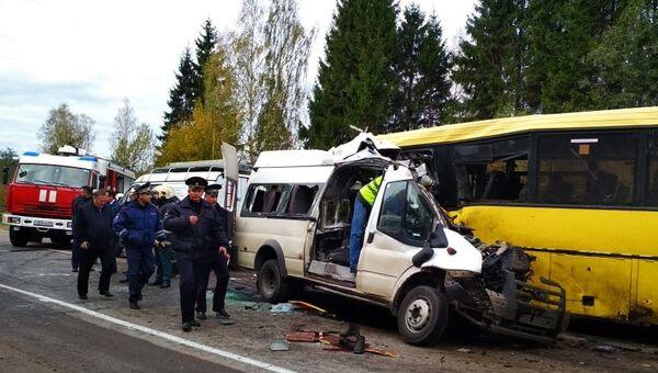 На месте ДТП с участием рейсового автобуса и маршрутного микроавтобуса в Тверской области