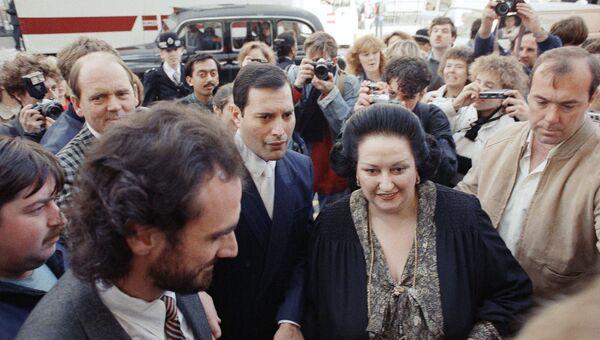 Оперная певица Монтсеррат Кабалье и вокалист группы Queen Фредди Меркьюри перед презентацией совместного альбома Барселона в в лондонском Альберт-холле. 10 октября 1988