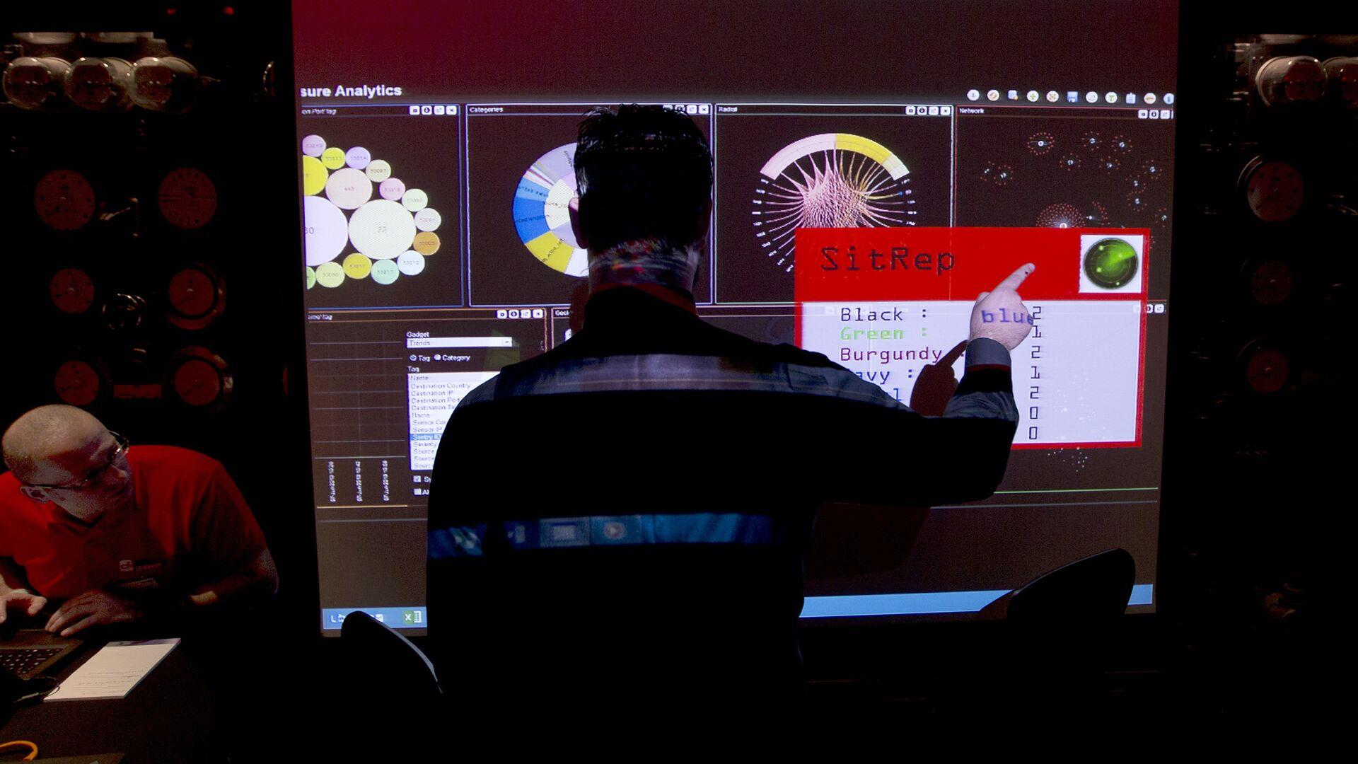 Сотрудники службы электронной разведки Британского правительства во время макетного сценария кибератаки - РИА Новости, 1920, 21.10.2020