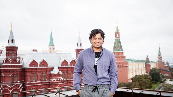 Кинорежиссер и сценарист М. Найт Шьямалан во время фотоколла в Москве
