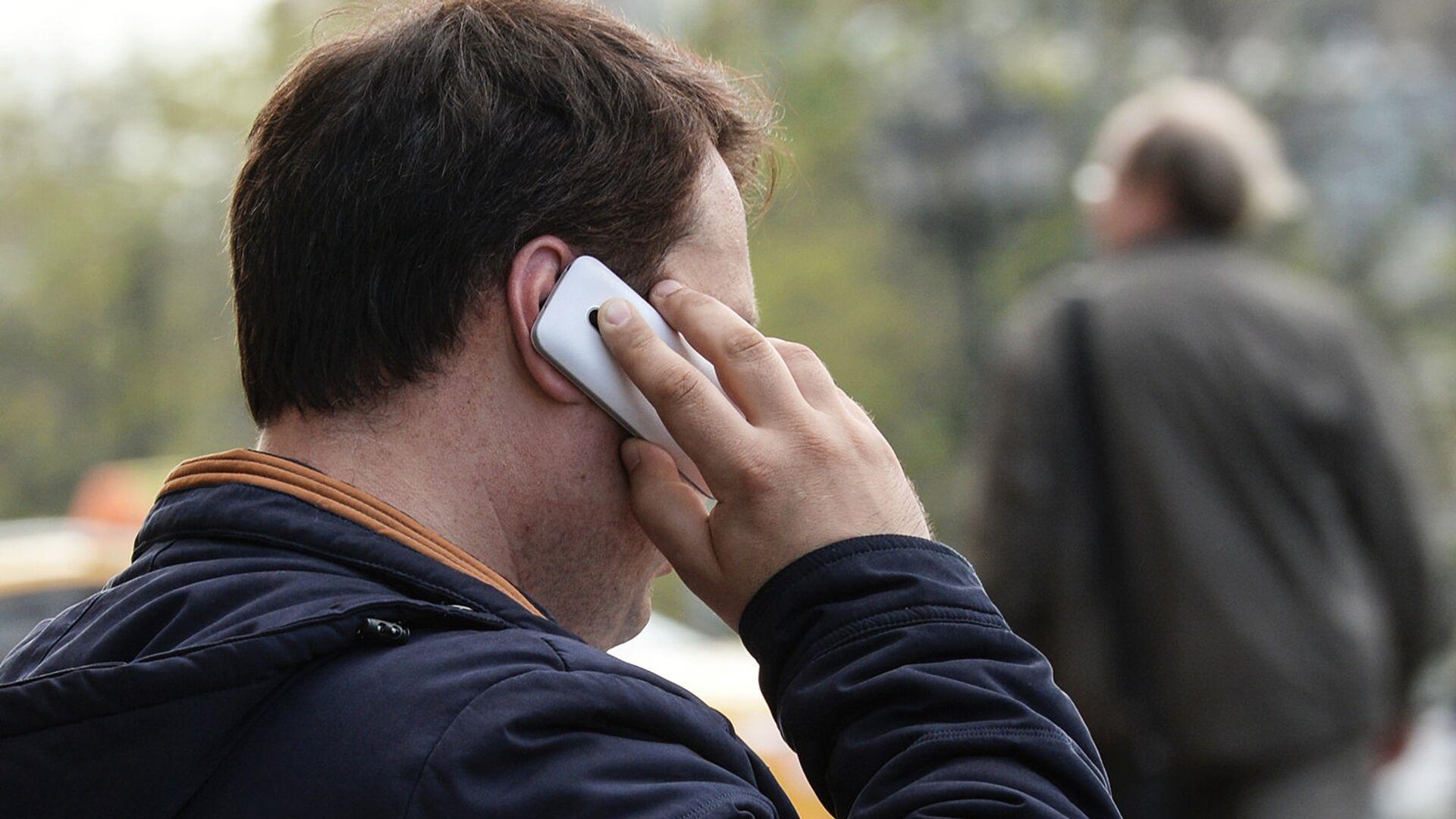 Мужчина говорит по телефону. Архивное фото - РИА Новости, 1920, 24.09.2020