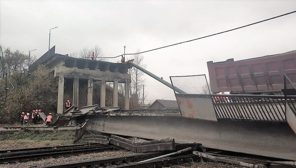 Аварийно-восстановительные работы на месте обрушенного моста в городе Свободном Амурской области