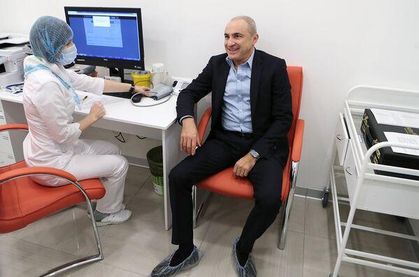 Народный артист России музыкант Михаил Турецкий проходит обследование перед тем как сделать прививку против гриппа