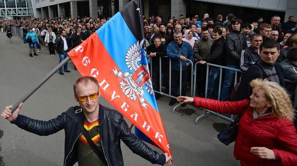 Жители Донбасса перед голосованием на референдуме о статусе самопровозглашенной Донецкой народной республики