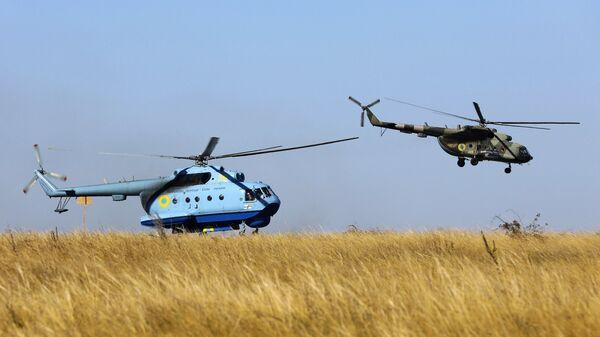 Морской многоцелевой вертолёт-амфибия Ми-14 и многоцелевой вертолёт Ми-8 во время учений Вооруженных сил Украины на побережье Азовского моря. 12 октября 2018