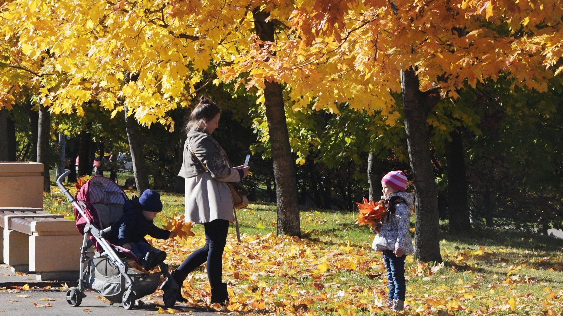 Женщина гуляет с детьми в районе Ленинского проспекта в Москве - РИА Новости, 1920, 30.09.2021