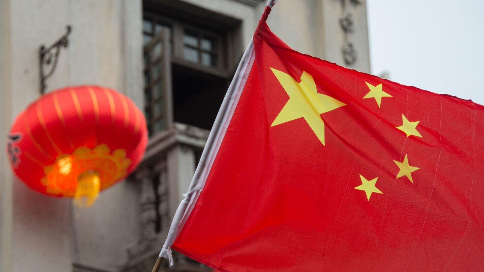 Флаг Китая на пешеходной на улице Хэфан в городе Ханчжоу в КНР - РИА Новости, 1920, 16.09.2021