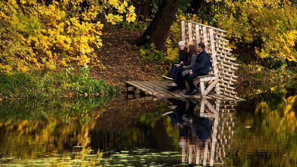 Отдыхающие на пруду в усадебном парке Суханово в Московской области. Архивное фото