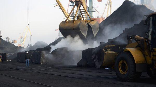 Разгрузка угля в порту Одессы