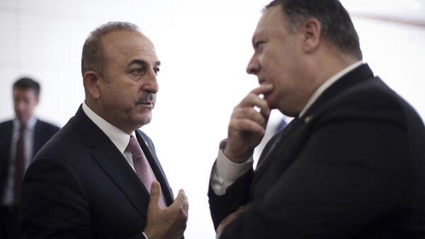 Министр иностранных дел Турции Мевлют Чавушоглу беседует с государственным секретарем США Майком Помпео