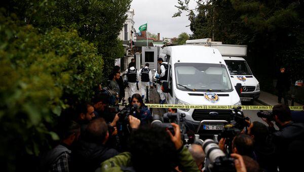 Турецкие судебные приставы прибывают в резиденцию генерального консула Саудовской Аравии Мухаммеда аль Утейби в Стамбуле, Турция. 17 октября 2018