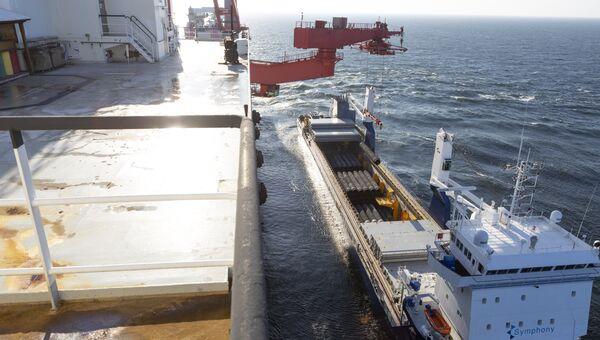 Погрузка труб для строительства трубопровода Северный поток-2 на судно Solitaire. Архивное фото