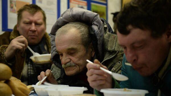 Лица без определенного места жительства получают горячее питание в центре социального обслуживания